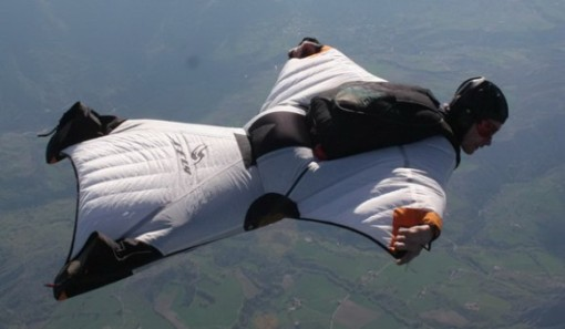 wingsuit-base-jumping-580x338