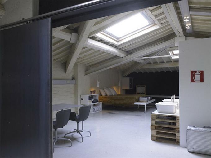 Modern-Minimalist-Loft-in-Florence-Room