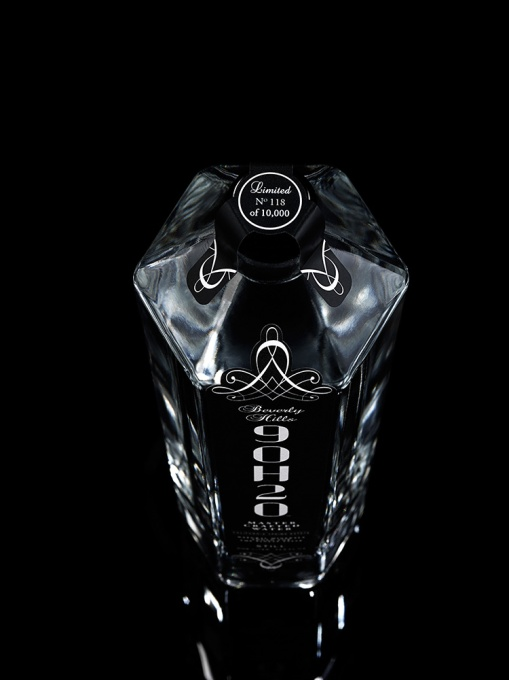 9OH2O_ONE_LITER_GLASS_STILL_BOTTLE_FRONT_FROM_ABOVE_ON_BLACK_NO_118_MAX_10_WEB