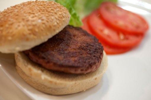 cultured-beef-first-lab-grown-burger-designboom-c