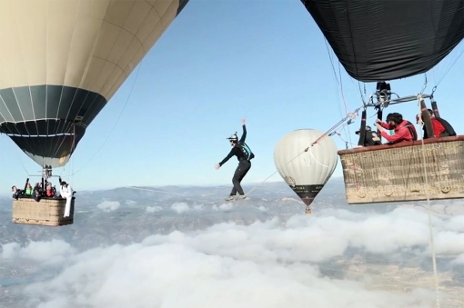 the-balloon-highline-walking-the-tightrope-between-hot-air-balloons-0