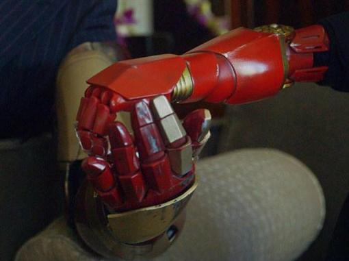 watch-tony-stark-delivers-real-3d-printed-iron-man-prosthetic-arm-to-seven-year-old-fan2